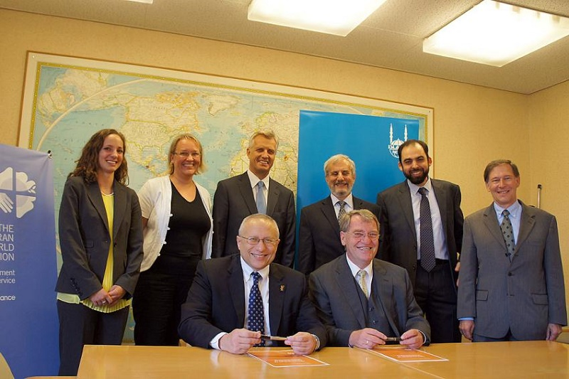 イスラム国際人道支援機構(IRW)のCEOであるモハメド・アシュマウェイ博士と、ルーテル世界連盟(LWF)世界奉仕部(DWS)のエベルハルト・ヒツラー部長による了解覚書の署名。右から、LWF人権問題担当副総幹事のラルストン・デッフェンバウ氏、IRW国家プログラム・ディレクターのメディ・ベン・ムラド氏、UNHCR高等副弁務官のアレクサンダー・アレインコフ氏、LWF総幹事のマルティン・ユンゲ牧師、LWFグローバル・プログラム・コーディネーターのマリア・イモネン氏、LWF宗教間協力担当プログラム・アシスタントのエリザベス・ガノ氏がその証人となった。(写真:ルーテル世界連盟 / S. Gallay)