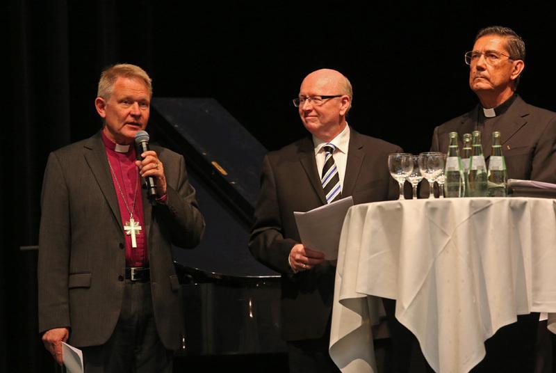 左からアンダース・ウェジュリッド名誉大監督、ジェフ・タニクリフ博士、ミゲル・アンヘル・アユソ・ギクソット神父(写真:Mission Respekt 2014)