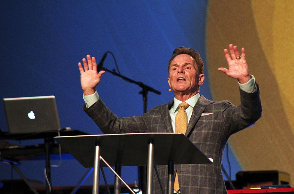クロス・チャーチ(米アーカンソー州)の主任牧師であるロニー・フロイド氏。6月8日、メリーランド州ボルティモア市で行なわれた2014年南部バプテスト連盟牧師カンファレンスでオープニングの夜に講演する様子(写真:クリスチャンポスト / ソニー・ホン)<br /> <br />