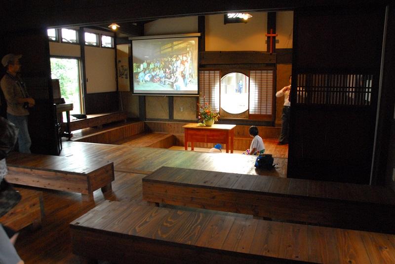 段差のある設定にしたオイコスチャペルの内部。中央奥には丸窓と障子が見える=15日、アジア学院(栃木県那須塩原市)で