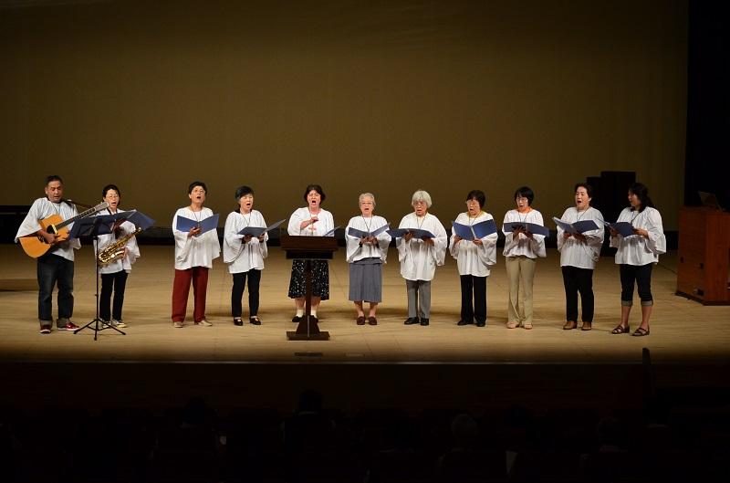 第46回千葉県教会音楽祭(南ブロック)で歌う日本ナザレン教団五井教会の聖歌隊=15日、四街道文化ホール(千葉県四街道市)で