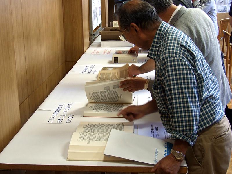 メリアン聖書(原本)や復刻版のルター訳聖書などを見る人々=23日、ルーテル学院大学・日本ルーテル神学校(東京都三鷹市)で