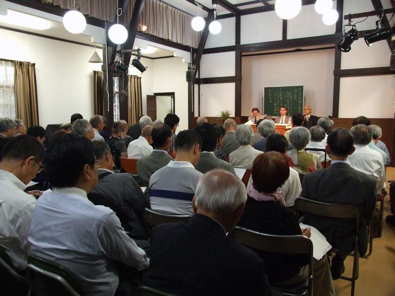 講演に耳を傾ける参加者たち=15日、今井館聖書講堂(東京都目黒区)で