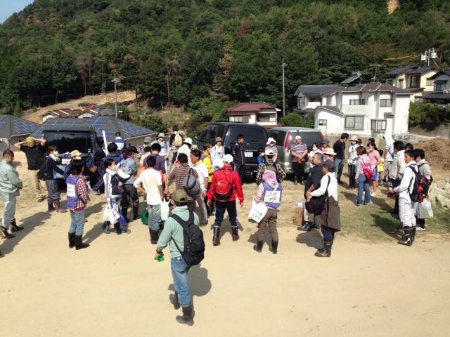 広島市安佐北区可部東の集合場所に集まるボランティアたち=23日(写真:日本国際飢餓対策機構)<br />