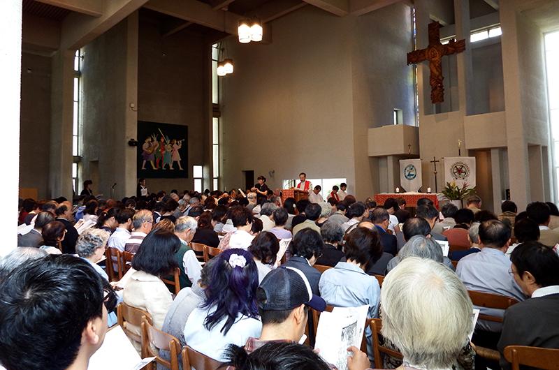 開会聖餐礼拝の様子。ルーテル学院大学の江藤直純学長が、チャペル後方に掛けられている巨大な木彫りのレリーフを題材に説教を取り次いだ=9月23日、同大学(東京都三鷹市)で