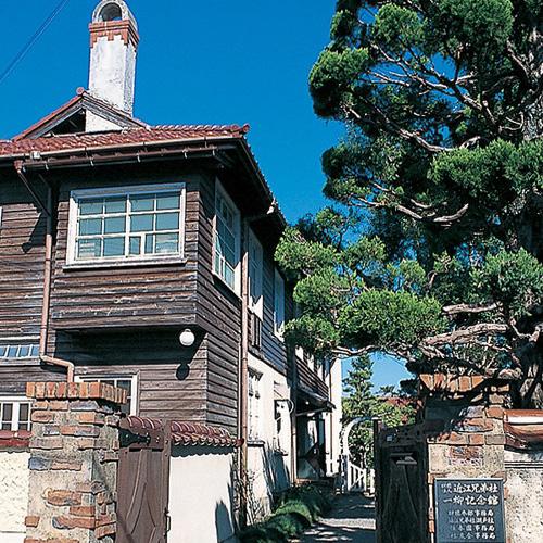 ヴォーリズと妻満喜子が生涯をすごした一柳館(現ヴォーリズ記念館)。入母屋風の屋根瓦とオイルステイン仕上げの素朴で質素な板張り壁の和洋折衷式住宅。