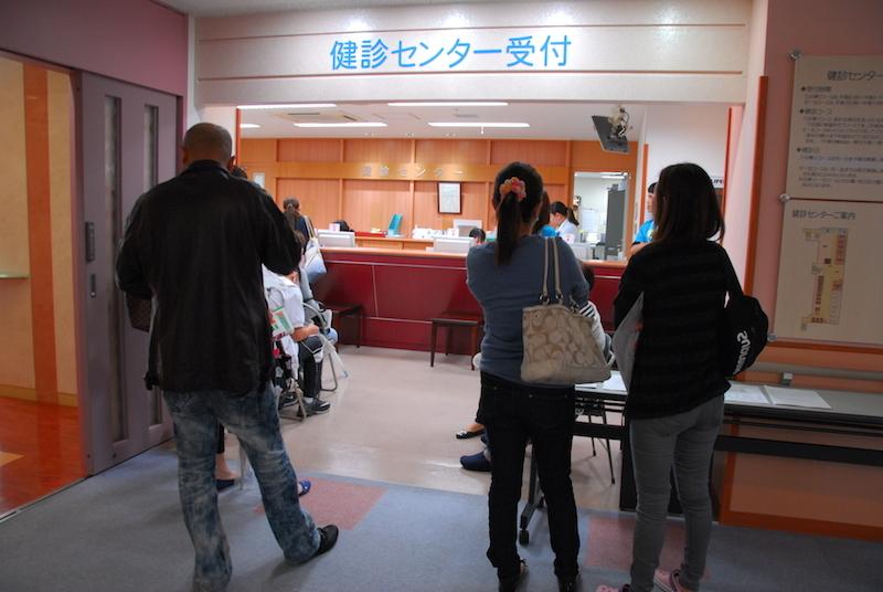 健診センターの受け付けで並ぶ人たち=5日、宇都宮市で