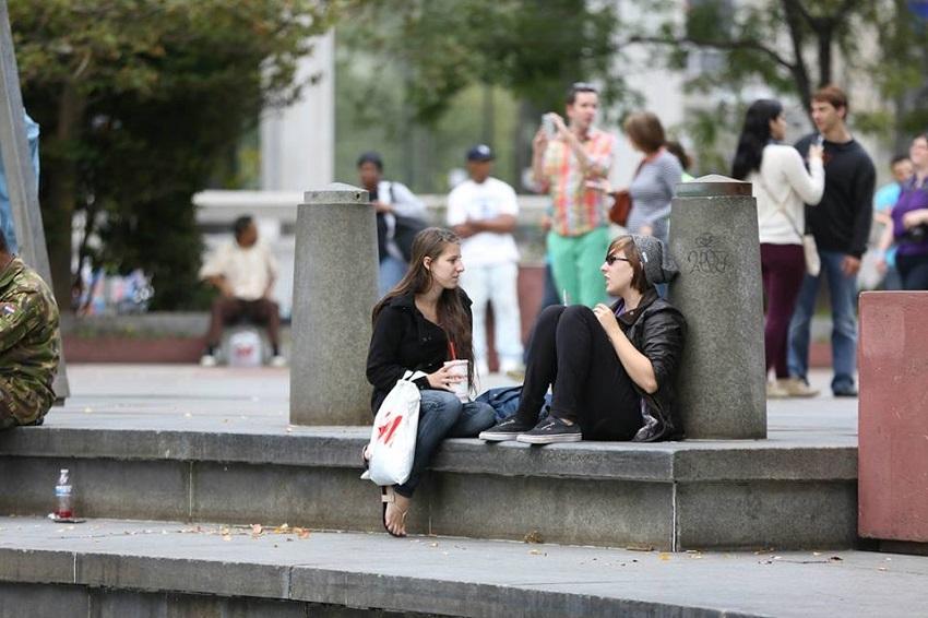 ハーベスト・クルセードでは過去数年にわたり、大会前には若者による伝道チーム「SWAT」のメンバーが街頭で声掛けに回ることになっている。写真は昨年、米ペンシルベニア州フィラデルフィア市の街頭で、チームの一人が若者に話し掛けている様子。(写真:ハーベスト・アメリカ)