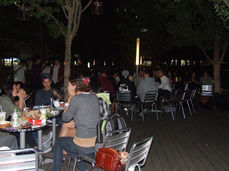ライフハウス主催のアウトリーチイベント。総勢約50人の大学生と中高生が交流した=10日、中野セントラルパーク(東京都中野区)で