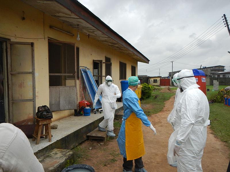 エボラ出血熱感染者のための隔離病棟に入るため準備をする世界保健機関(WHO)の職員=2014年、ナイジェリア・ラゴスで(写真:CDC Global)