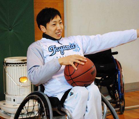 プロ車椅子バスケットボール選手の野澤拓哉さん。小中学校で講演会も行っている。