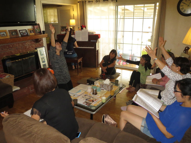 家庭集会では、ママたちが一緒に賛美をし、聖書を学び、お昼を食べて子育てや信仰生活について話し合う。