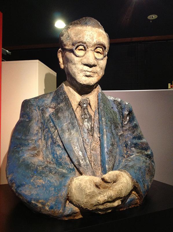 賀川豊彦の胸像。彫刻家の小杉三朗氏が、粘土の原型の上に漆(うるし)を浸した麻布を何層にも貼っていく「乾漆(かんしつ)」という方法で半年かけて制作した。