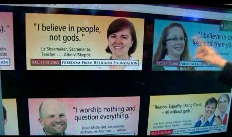 無神論団体FFRF(Freedom From Religion Foundation)により掲げられた、無神論を啓発する広告掲示板。教会に属していない米国人が、教会や友人からのアウトリーチに対し、この20年で最も抵抗を示しているという新しい調査結果が明らかになった=2013年11月、サクラメント州(写真:FOX40の動画スクリーンショット)