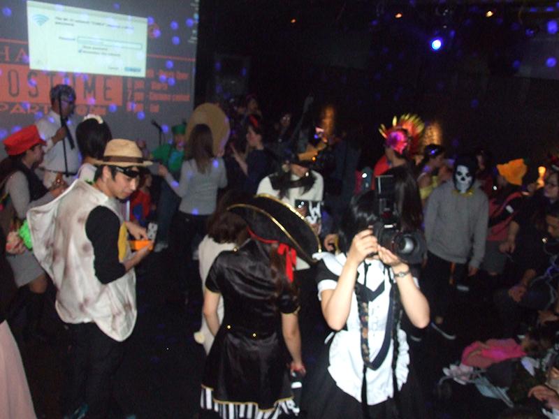 ライフハウスが主催し、社会人を対象に行われたコスチュームパーティー。参加者はヒーローや食べ物、ディズニーキャラクターなど、個性豊かなコスチュームで参加した=26日、東京・麻布で