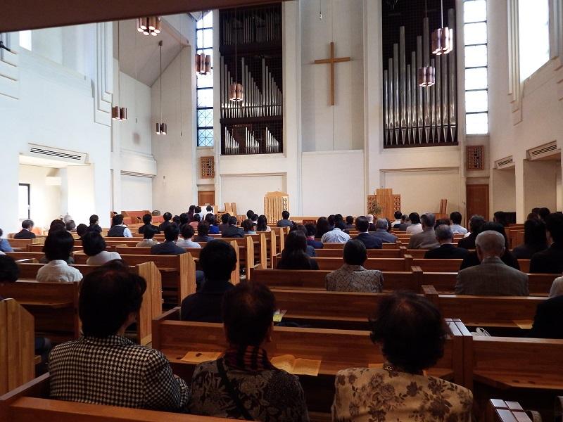 チャペルコンサートの様子。左手前方に演奏者が見える=29日、日本キリスト教団霊南坂教会(東京都港区)で