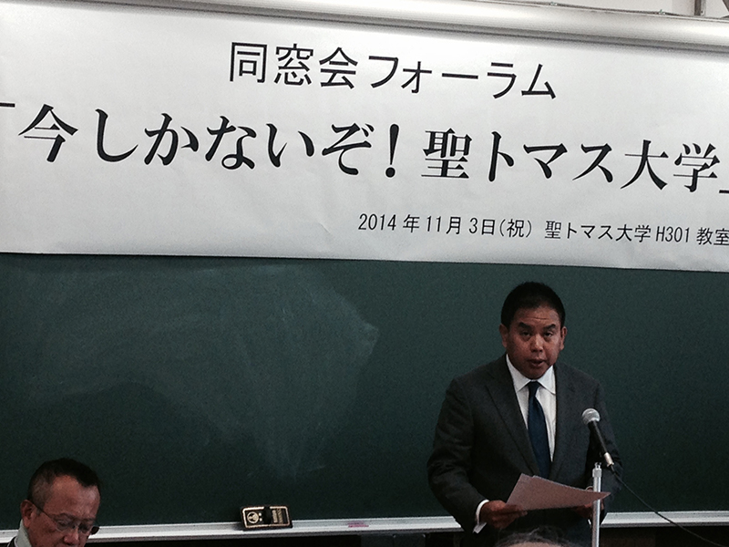 来年3月での大学廃止を説明する聖トマス大学のスティーブン・リン理事長兼学長=3日、同大学学生会館(兵庫県尼崎市)で