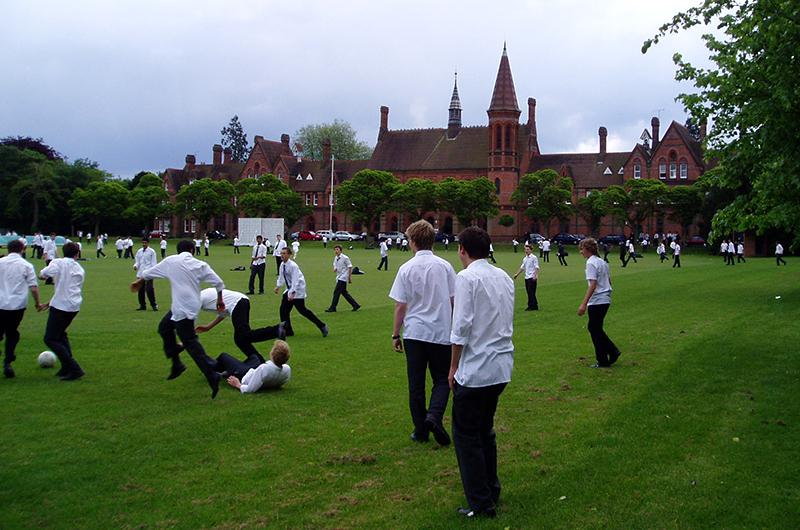 英南部の町リーディングにある英国国教会系のリーディング学校で、サッカーをして遊ぶ同学校の生徒たち(写真:Zephyris)