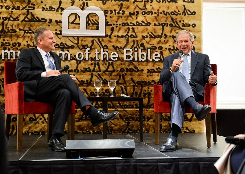 ワシントンDCにまもなく完成予定の聖書博物館を周知するイベントで、ジョージ・W・ブッシュ元大統領(右)とトークをするホビー・ロビー社のスティーブ・グリーン社長=2日、ジョージ・W・ブッシュ大統領図書館・博物館(テキサス州ダラス)で(写真:グラント・ミラー)