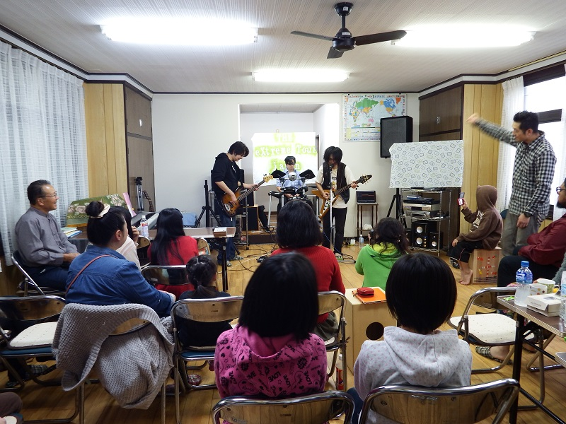 礼拝後のライブの様子。クリスチャン・ヘビーメタルバンド「伊万里音色(Imari Tones)」の演奏=9日、日本同盟基督教団勿来(なこそ)キリスト福音教会(福島県いわき市)で