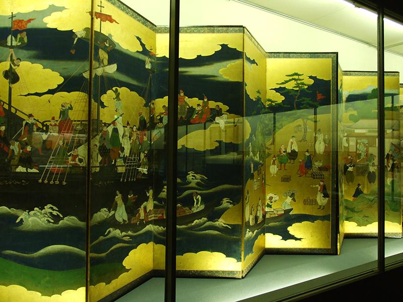 重要文化財に指定されている「南蛮屏風」。左から、南蛮船の渡来、南蛮商人、イエズス会宣教師などの姿が描かれている。