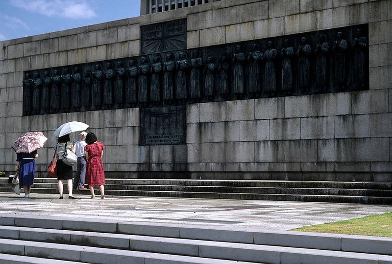 長崎市西阪にある日本二十六聖人記念碑。現在16年ぶりの修復作業が行われている。(写真:Fg2)