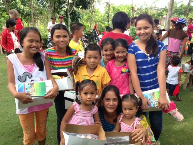 昨年のオペレーション・クリスマス・チャイルド(OCC)で、クリスマス・プレゼントを受け取り喜ぶフィリピンの子どもたち