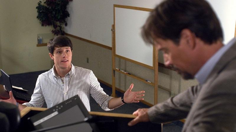 映画では、無神論者であるラディソン教授(右)から、クリスチャンの大学生であるジョシュ・ウィートンが「神の存在証明」をするよう迫られる。© 2014 God's Not Dead. LLC