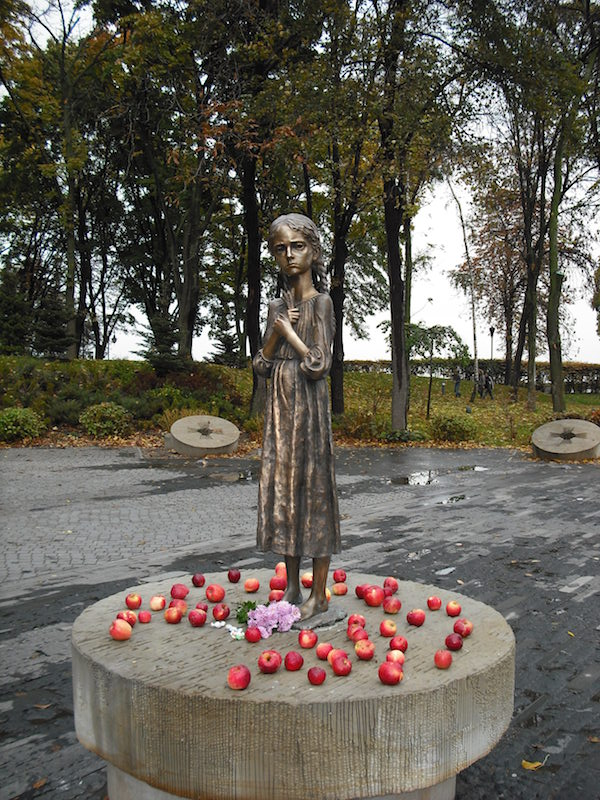 ウクライナの首都キエフのムイハイロ広場に建てられたホロドモール慰霊碑(写真:Vdegoroot)