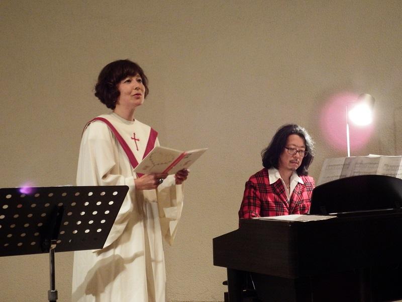 『マザー・テレサ 愛のことば』を朗読する久米小百合さんと、伴奏を演奏する久米大作さん=26日、東京オペラシティビル近江楽堂(東京都新宿区)で