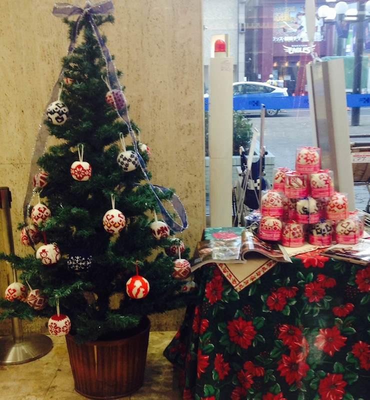 世界的にも著名なノルウェーのニットデザインデュオ「Arne & Carlos(アルネ&カルロス)」がデザインを提供したクリスマスボールが、今回の展示販売会では販売される。(写真:ハートニットプロジェクト提供)<br />