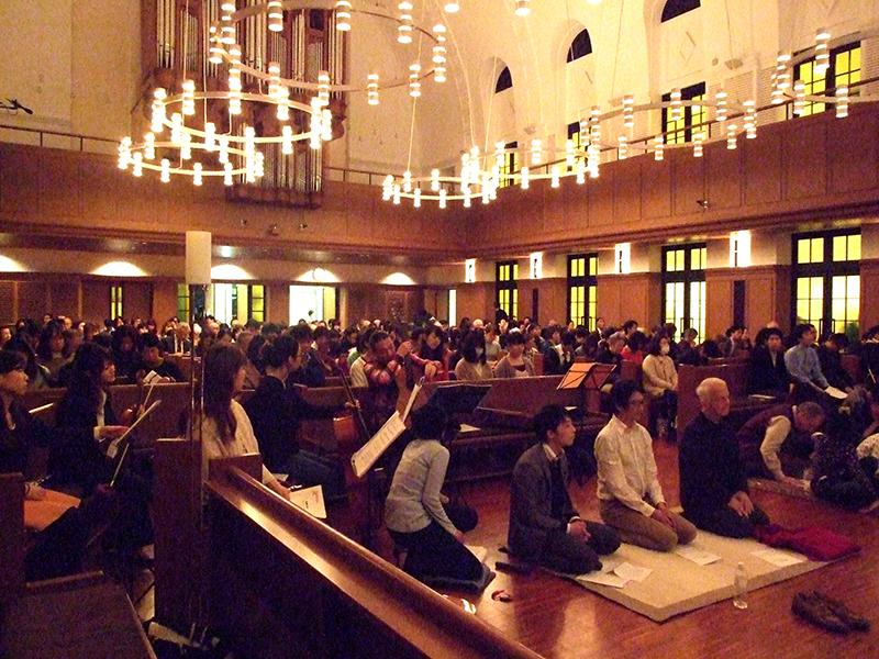 フランスの超教派の男子修道会「テゼ共同体」からブラザー・ギランを迎えて行われた、祈りの集い「信頼の源へ テゼのうた テゼの祈り」の様子=11月28日、日本基督教団神戸栄光教会(神戸市)で