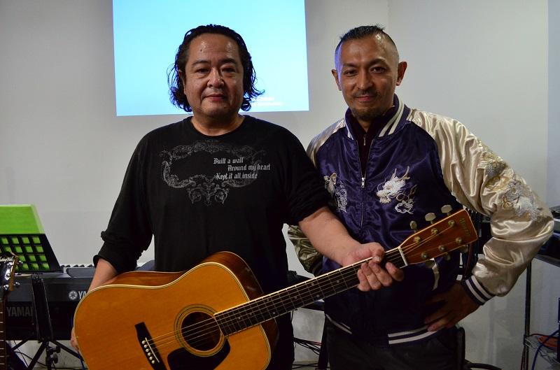 「罪人の友 主イエス・キリスト教会」の進藤龍也牧師(右)と深山孝さん。今は音楽奉仕も喜びの一つとなった。
