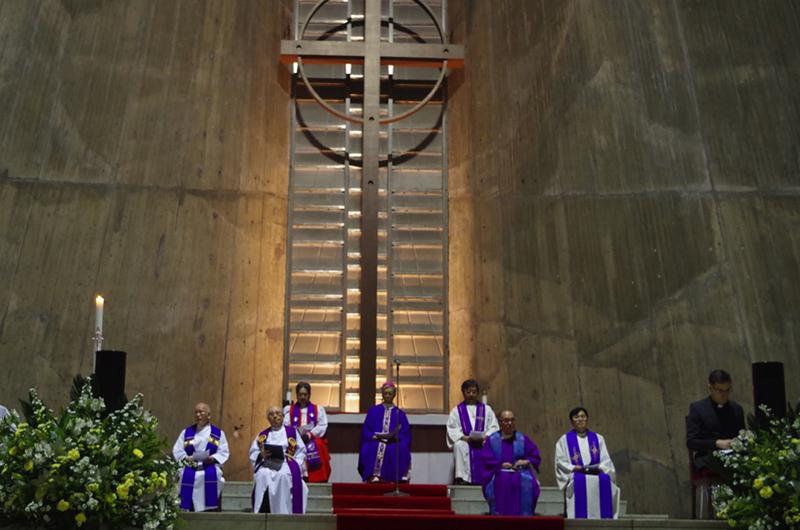 「エキュメニズム教令」の発布50周年を記念し、カトリック、聖公会、ルーテル教会の3教派による合同礼拝が、東京カテドラル関口教会聖マリア大聖堂で行われた=11月30日、同大聖堂(東京都文京区)で