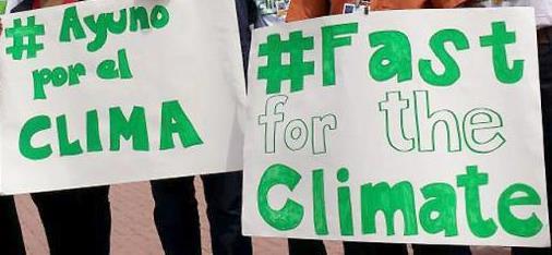 「気候のために断食を」と呼びかけるプラカード(写真:ルーテル世界連盟 / Sean Hawkey)