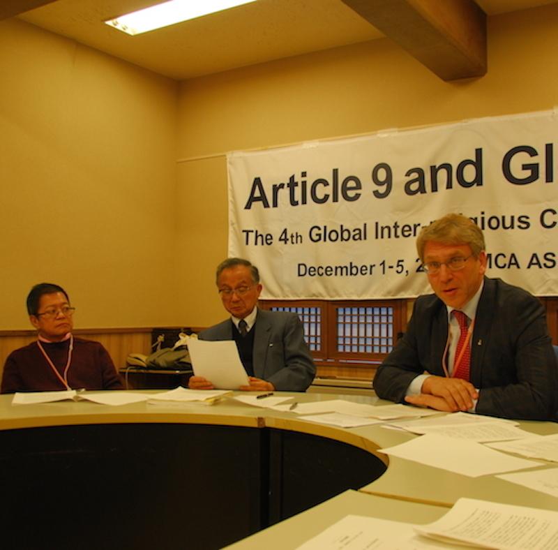 記者会見で発言する世界教会協議会(WCC)のオラフ・フィクセ・トゥヴェイト総幹事(右)。中央は日本キリスト教協議会(NCC)の小橋孝一議長。左はトゥヴェイト総幹事を見守る元アジアキリスト教協議会(CCA)共同幹事のチャーリー・オカンポ牧師=5日、YMCAアジア青少年センター(東京都千代田区)で