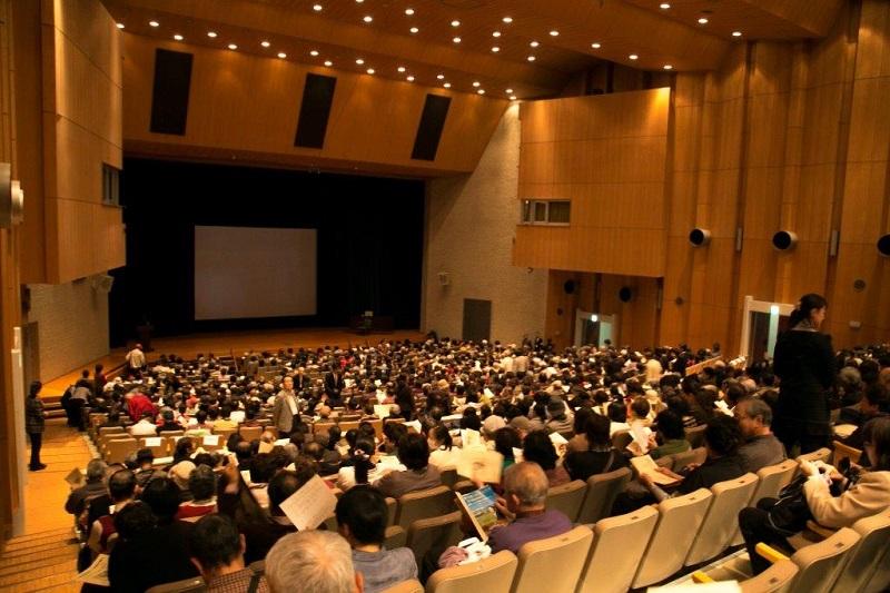 日野原重明会長103歳記念特別講演の様子=11月24日、千葉市民会館(同市中央区)で