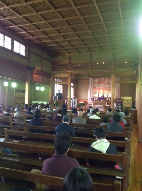 国の登録有形文化財である日本聖公会奈良基督教会で説教する世界教会協議会(WCC)のオラフ・フィクセ・トヴェイト総幹事。「正義と平和への道(The Way to Justice and Peace)」と題して説教し、同教会の教会員ら約70人と共に礼拝をささげた=7日、同教会(奈良市登大路町)で