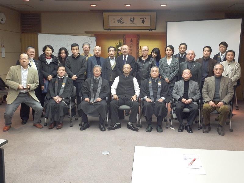 集まった保護司と記念撮影。参加者のほとんどが浄土真宗の住職だった=11日、真宗会館(東京都練馬区)で