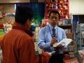 ウガンダの子どもたちに霊的食料を 新生宣教団スタッフが店頭PR