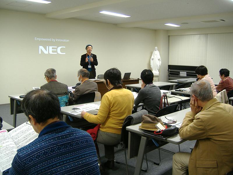 フェイスブックの効果的な福音宣教への使い方について講義する土屋至氏の話を熱心に聴く参加者=13日、東京・四谷の聖パウロ会若葉修道院ホールで