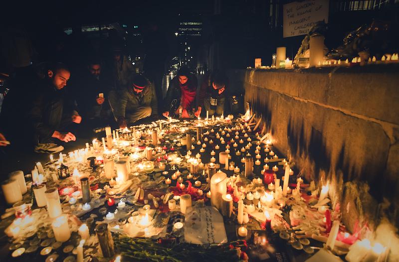 ペシャワールの学校襲撃による犠牲者たちのためにロンドンで灯されたろうそくの火(写真:Kashif Haque)
