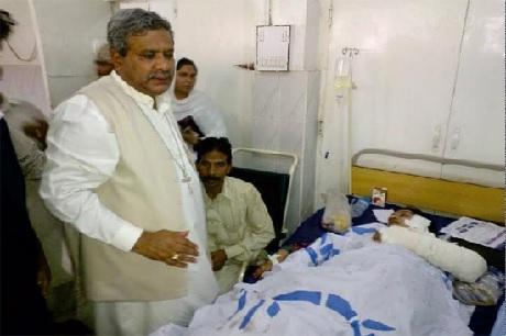 2013年の爆弾による襲撃で負傷したキリスト教徒を訪ねるハンフレイ・ピーターズ主教(写真:パキスタン教会ペシャワール教区)