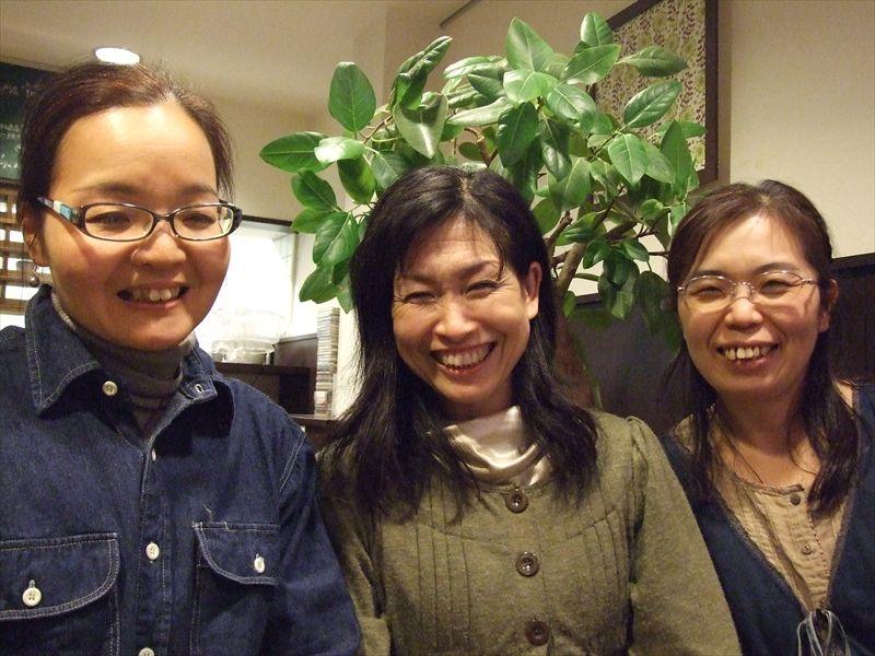 古楽アンサンブル「サリーガーデン」のメンバー3人。左から、山田夕子さん、近藤明子さん、加藤美和子さん=21日、京都市で
