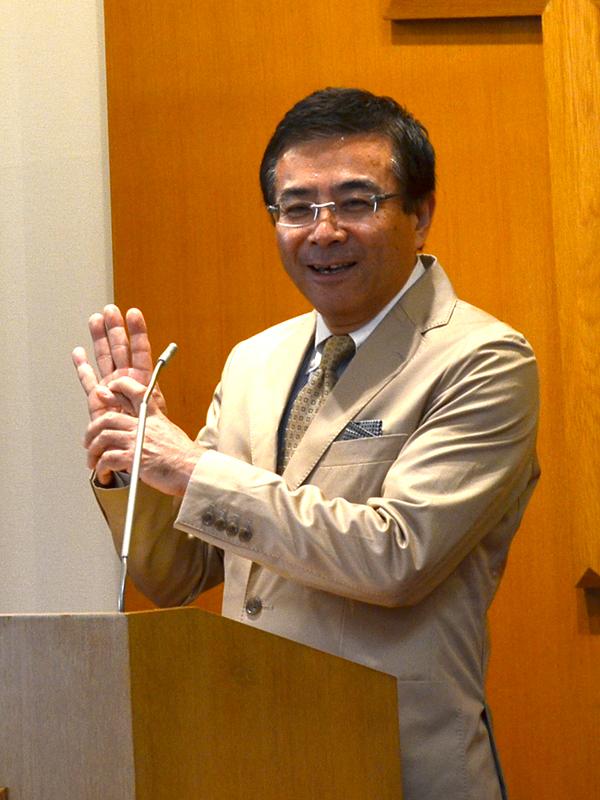 千葉クリスチャンセンターで行われた集会「マイライフジーザス」でメッセージを取り次ぐ妹尾光樹(せのお・みつき)牧師=19日、千葉市で