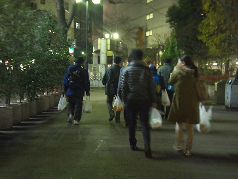 路上で過ごす人におにぎりとパンを イブの夜も「夜回り」、NPO法人「てのはし」