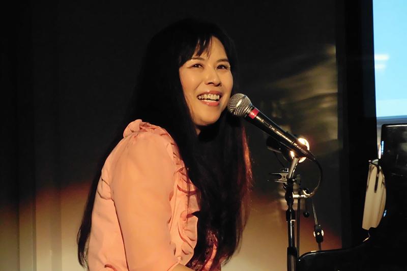 コンサートで話す知保子コストナーさん=2014年12月20日、大阪クリスチャンセンター(大阪市中央区)で