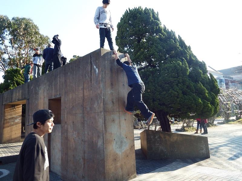 先月29日から行われていた「インスパイヤーツアージャパン2014」。ツアー最終のイベント「東京JAM」には、インターネットで事前に応募したパルクールのファンや、彼らとの交流を目的に来た約100人が集まり、交流を深めた=7日、山下公園(横浜市)で
