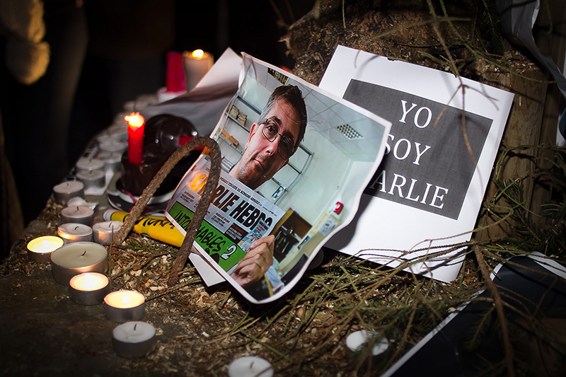 フランスの新聞社「シャルリー・エブド」襲撃事件を受け、7日夜には各地で追悼集会が行われた。写真の男性は、今回の事件で殺害された12人の1人である編集長のステファン・シャルボニエさん(写真:Valentina Cala)