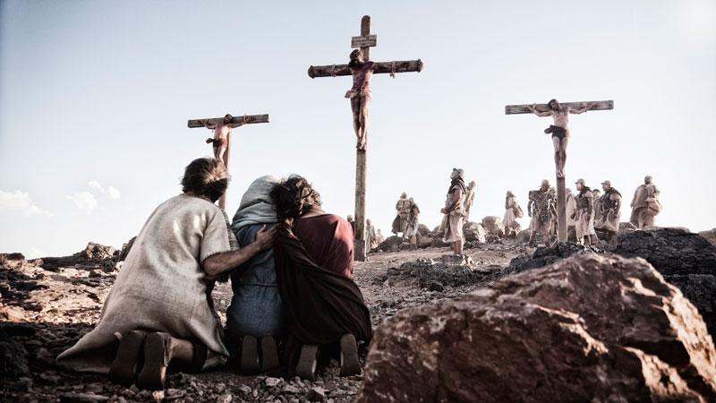 十字架にかけられたイエス・キリスト。米国で放送され大きな反響を呼んだドラマ『ザ・バイブル』のワンシーンより。このドラマを元にした映画『サン・オブ・ゴッド』は、日本でも1月10日(土)から全国公開される。(写真:LIGHTWORKERS MEDIA)